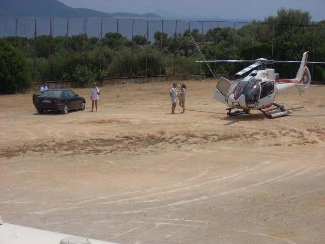""": Ιούνιος 2011. Το ελικόπτερο """"κατέβασε"""" τον γνωστό επειχηρηματία με την παρέα του στο γήπεδο του Κατωμερίου στο Μεγανήσι. , για να απολαύσουν την θάλασσα του νησιού."""