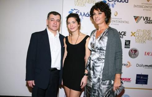 Ο Άκης και η Μελίνα Γλου με την κόρη τους, σχεδιάστρια μόδας, Ζήνα.