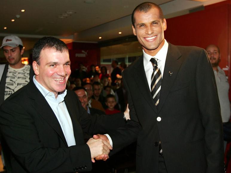 Λέγεται πως ο Γ. Γλου βρισκόταν πίσω από το ντιλ της απόκτησης του Ριβάλντο το 2004 από τον Ολυμπιακό.