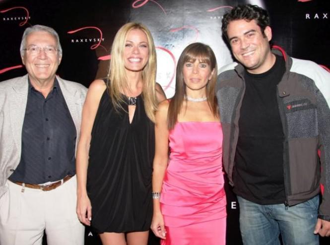 Γιώργος Μουρτζούχος ιδιοκτήτης της εταιρείας RAXEVSKY και η σύζυγός του Irene με τη Ζέτα Μακρυπούλια και τον Πυγμαλίων Δαδακαρίδη.