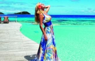 Η Ζέτα Μακρυπούλια φωτογραφίζεται με φόρεμα Raxevsky στα νησιά Bora Bora