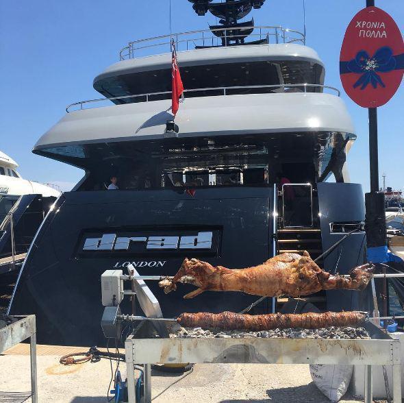 """Το εντυπωσιακό σκάφος """"Drad"""" του εφοπλιστή Γιάννη Κούστα με τον παραδοσιακό οβελία στο προσκήνιο"""