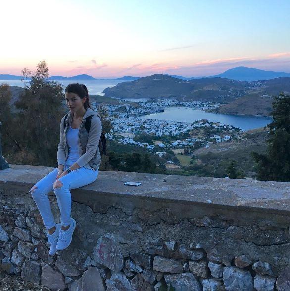 Η όμορφη Δήμητρα ποζάρει με θέα τη χώρα της Πάτμου