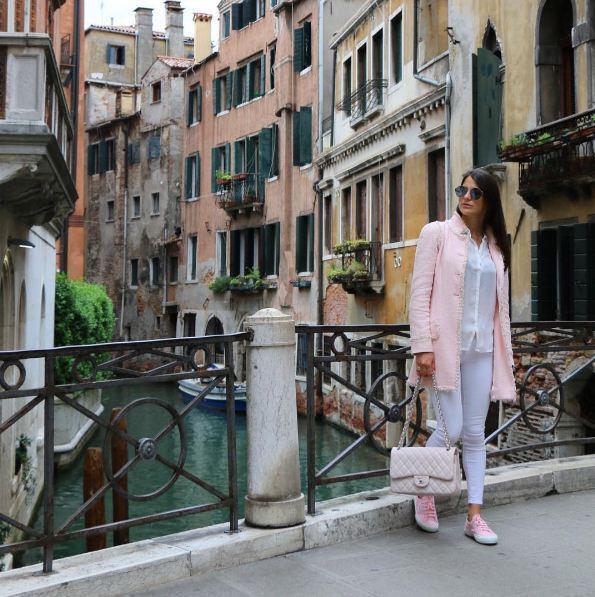 Η όμορφη Δήμητρα Μέρμηγκα με φόντο ένα από τα γραφικά κανάλια της Βενετίας