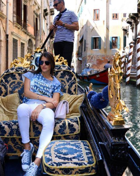 """Η όμορφη Δήμητρα Μέρμηγκα απολαμβάνει μια βόλτα με γόνδολα μαζί με το σύντροφό της στα γραφικά κανάλια της Βενετίας. Στη φωτογραφία φοράει το μπλουζάκι που την ενέπνευσε να σχολιάσει ότι """"η γυναίκα-θαύμα είναι στη Βενετία"""""""