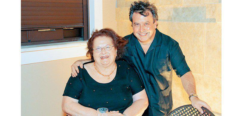 O εφοπλιστής Βίκτωρ Ρέστης με την μητέρα του