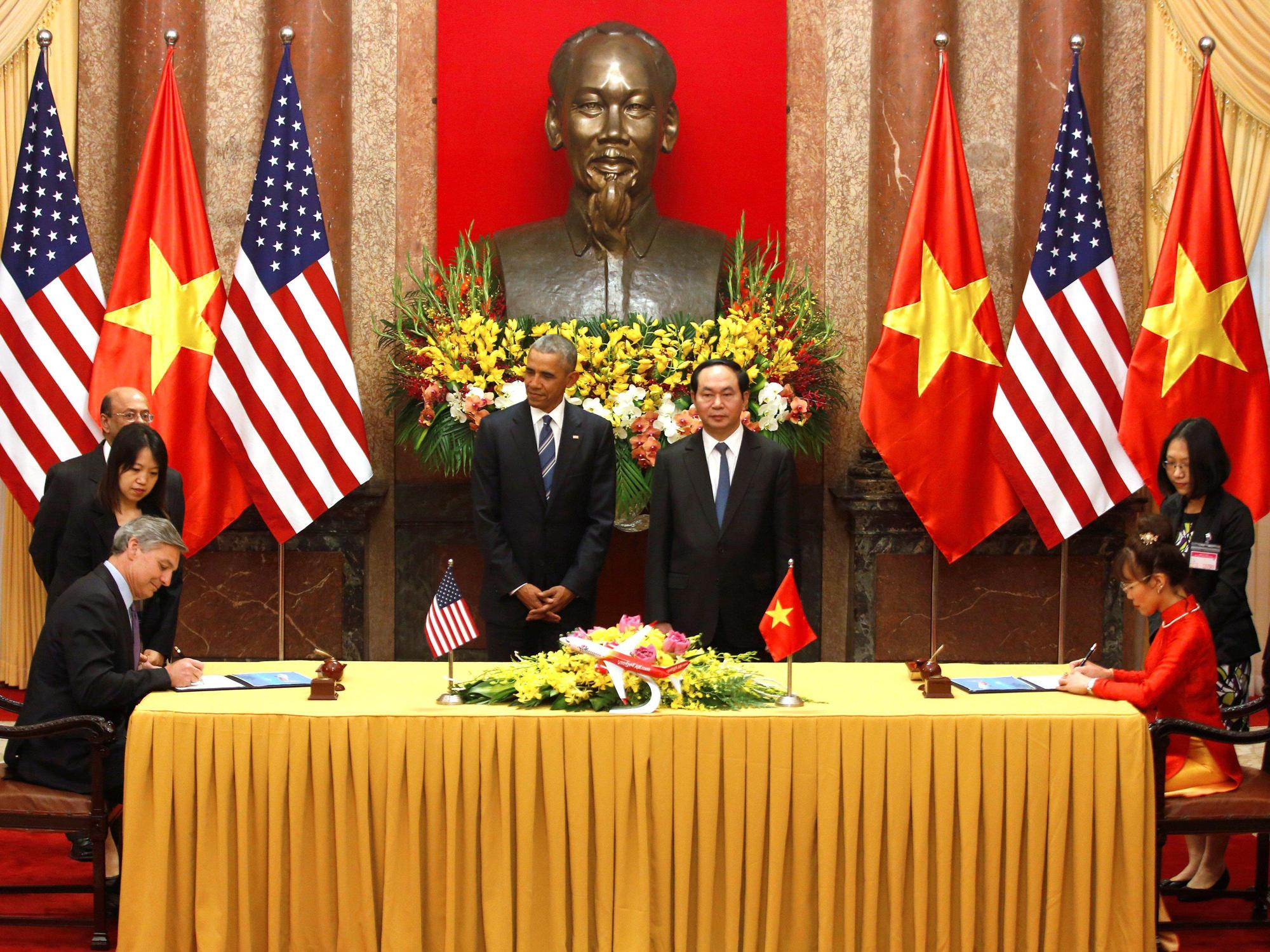 O Αμερικανός πρόεδρος Barack Obama και ο Βιετναμέζος πρόεδρος Tran Dai Quang, παρακολουθούν την υπογραφή της συμφωνίας μεταξύ VietJet και Boeing