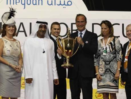 O Λεωνιδας Μαρινόπουλος κατα την διαρκεια της απονομής βραβειου στο Dubai καθώς το αλογο του με την ονομασία Πρέσβης κέρδισε σε αγώνα τον Μάρτιο του 2016 . Δίπλα του η κ. Μαρίνα Μαρινοπούλου