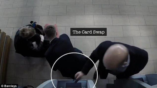 O συνεργάτης της αλλάζει την πραγματική κάρτα του θύματος με την ψεύτικη.