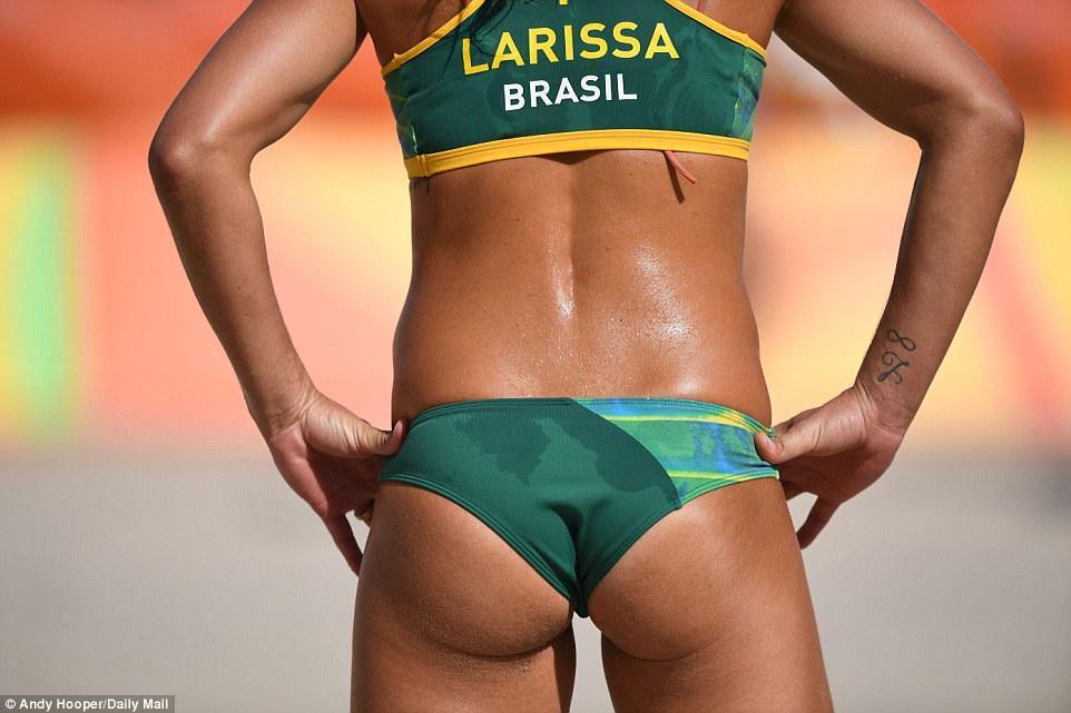 Οι μαυρισμένες καλλίγραμμες Βραζιλιάνες δεν συγκίνησαν τους φιλάθλους