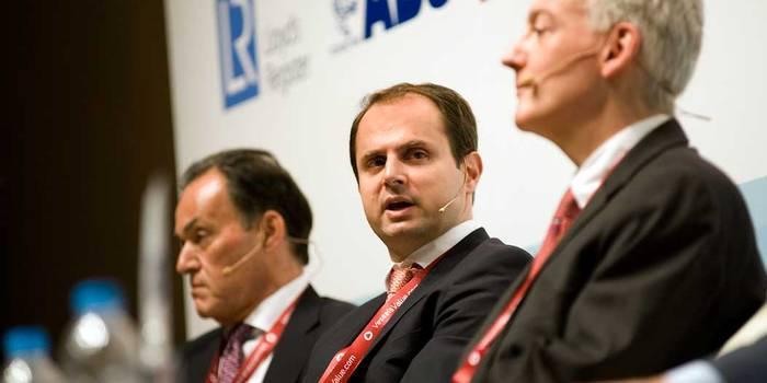 (Στο κέντρο) Jerry Kalogiratos, διευθύνων σύμβουλος και οικονομικός διευθυντής της Capital Product Partners Μαρινάκης