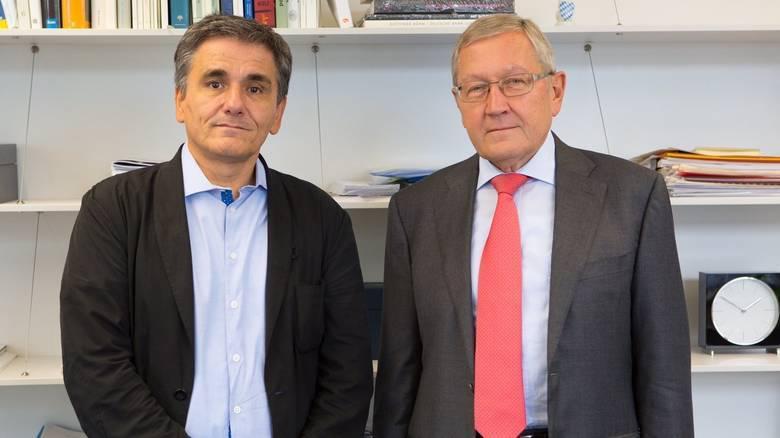 Ο υπ. Οικονομικών Ευκλείδης Τσακαλώτος με τον επικεφαλής του Ευρωπαϊκού Μηχανισμού Σταθερότητας (ESM), Klaus Regling.