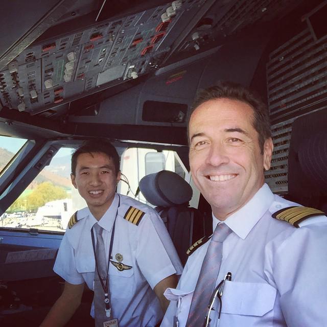 Βασίλης Μήτσανας. Πιλότος (δεξιά)