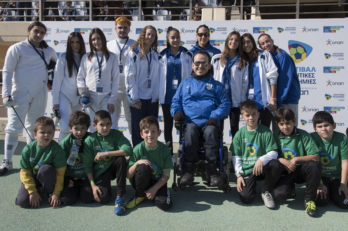 Παιδιά από τις Αθλητικές Ακαδημίες ΟΠΑΠ με τον παραολυμπιονίκη Γρηγόρη Πολυχρονίδη, τη συνοδό του στους αγώνες Κατερίνα Πατρώνη, τη διεθνή κολυμβήτρια του ΑΝΟΓ Γλυφάδας Άννα – Μαρία Νάσσιου, αθλήτριες της συγχρονισμένης κολύμβησης του ΝΟ Ηρακλείου και αθλητές και αθλήτριες του τμήματος ξιφασκίας της Γυμναστικής Ένωσης Ηρακλείου.