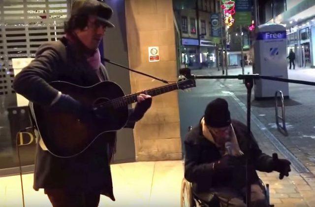 Άστεγος αστεγος μουσικη τραγουδάει δρόμο