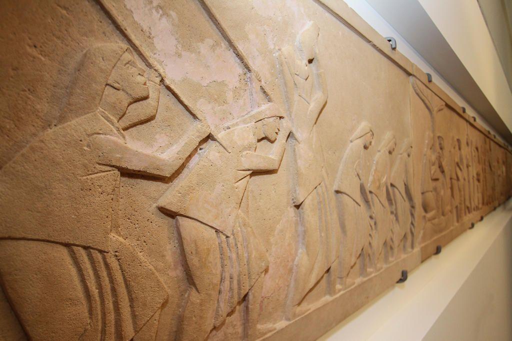 Η ζωφόρος του Χρήστου Καπράλου «Η καλλιέργεια και η επεξεργασία του καπνού» στο Μέγαρο της Βουλής.