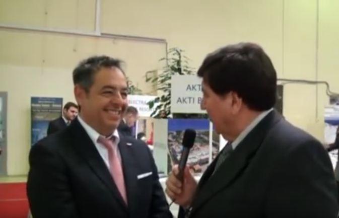 (Από αριστερά) Ο Νίκος Κούτρας μιλά για το ξενοδοχείο Akti στην Κω