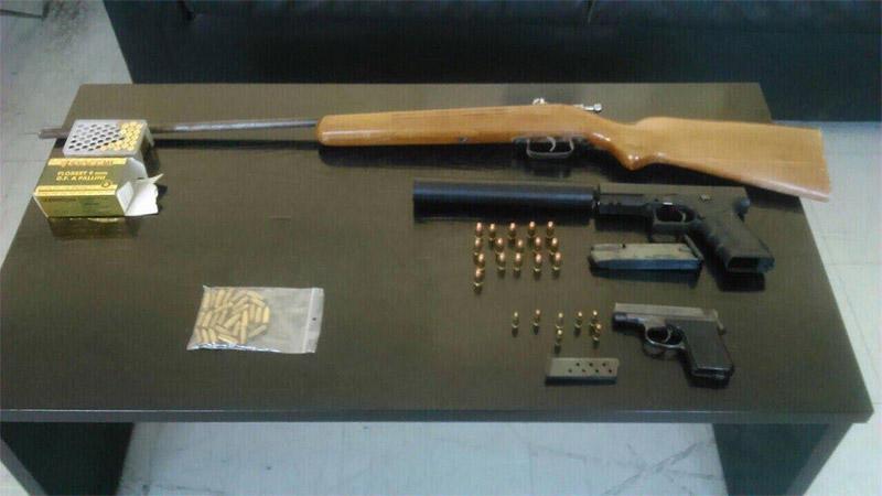 Φωτογραφία των όπλων και των φυσιγγίων που δημοσιεύει η ιστοσελίδα antifonitis.gr