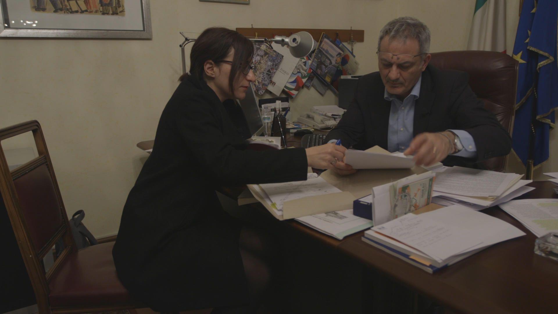 Η Αναστασία Μουμτζάκη, senior producer του VICE Greece, συζήτησε με τον αρμόδιο της Ιταλικής βουλής κάποια από τα στοιχεία που εντοπίζονται σχετικά με την Ελλάδα, για το θέμα της παράνομης διακίνησης αποβλήτων στη Μεσόγειο.