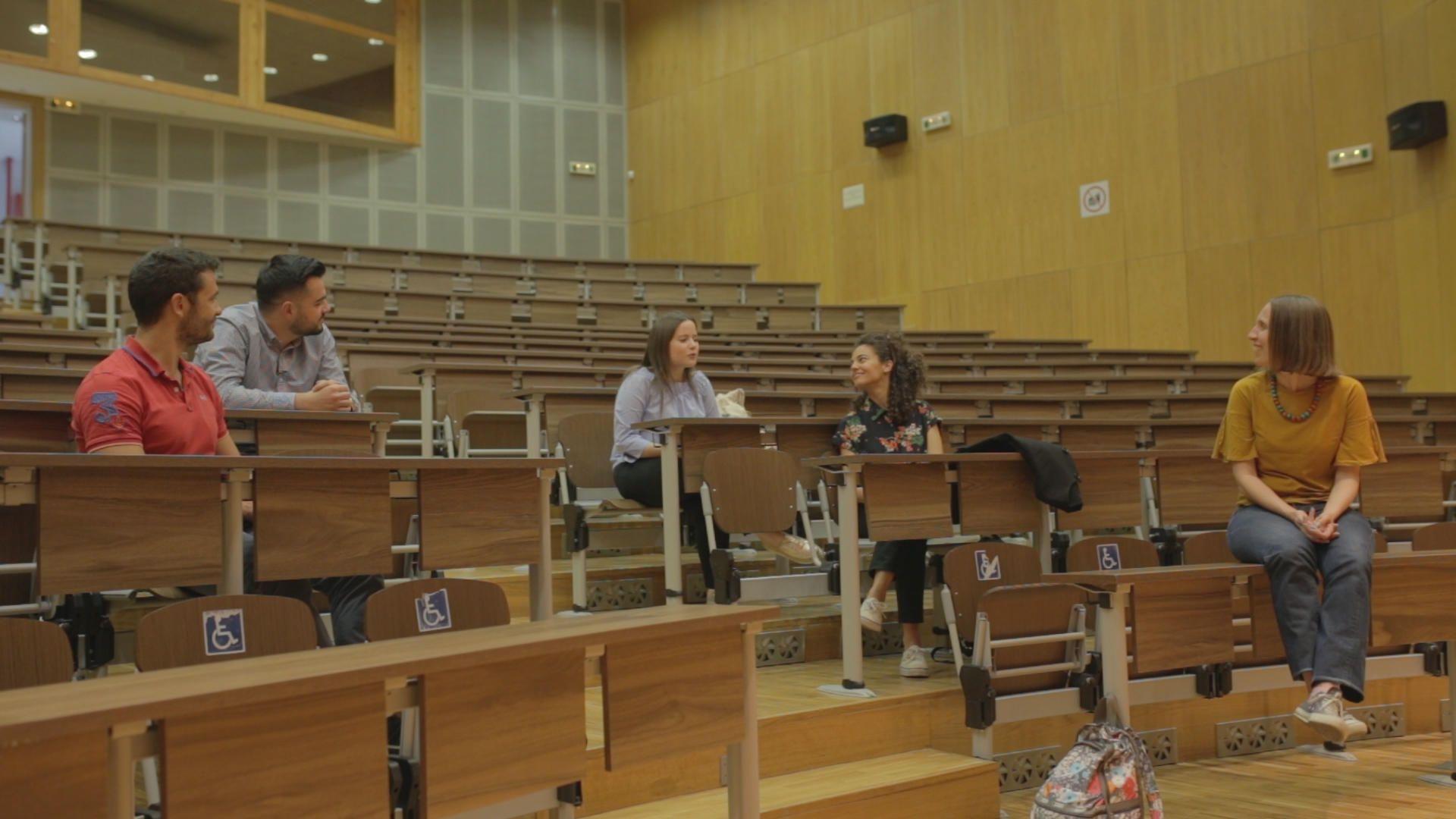 Τέσσερις τελειόφοιτοι της Ιατρικής Σχολής Αθηνών μας εξηγούν για την επιλογή τους να γίνουν γιατροί, τις σκέψεις τους για το μέλλον τους ως επαγγελματίες υγείας στην Ελλάδα αλλά και για την εξουθένωση που ήδη αισθάνονται από τα πρώτα τους φοιτητικά χρόνια.