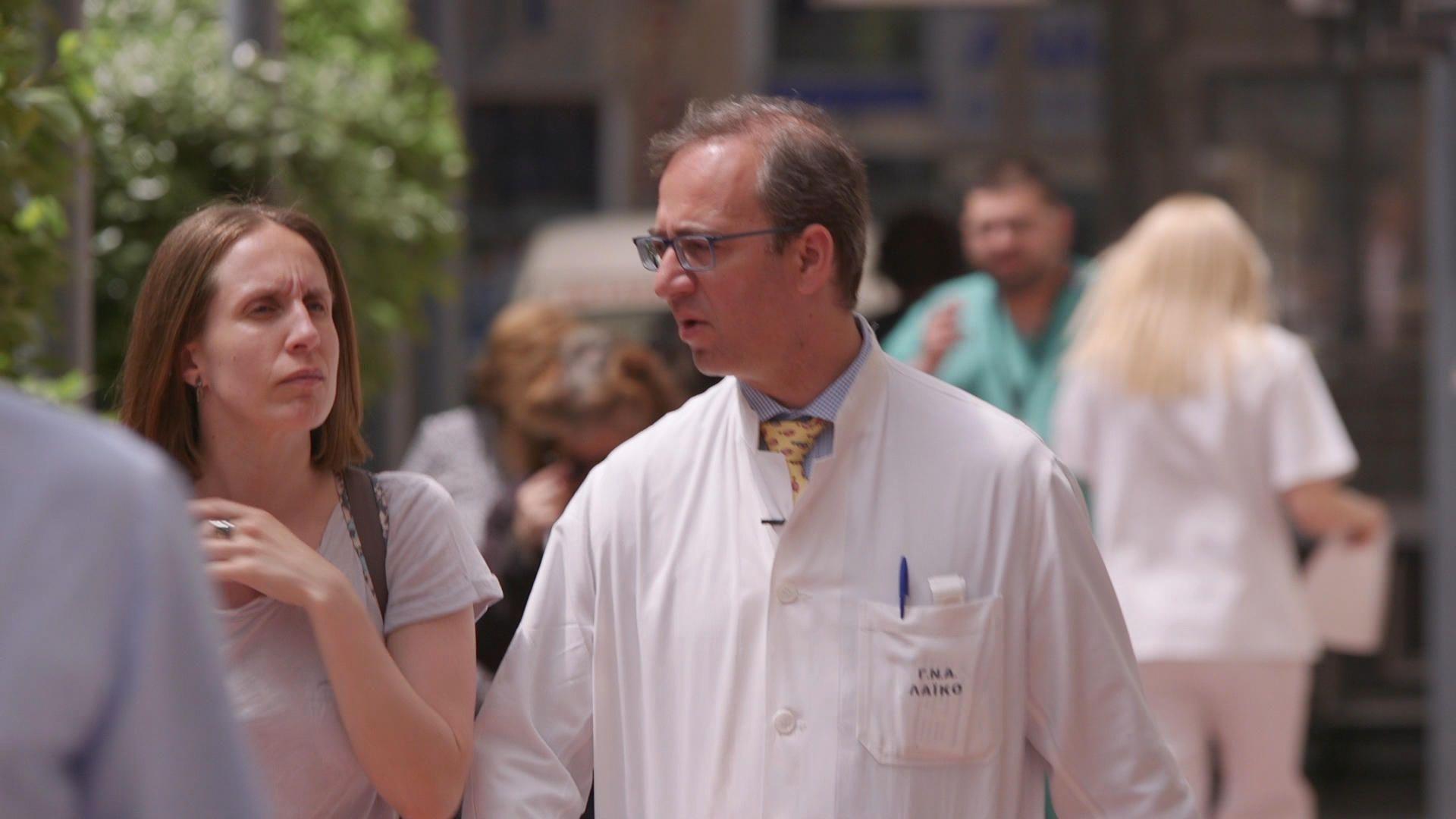 Ο Γιώργος Μαρίνος είναι γενικός χειρουργός και υπεύθυνος για το συντονισμό του Τμήματος Επειγόντων Περιστατικών στο Γενικό Νοσοκομείο Αθηνών «ΛΑΪΚΟ». Τα ωράρια της δουλειάς είναι πια πολύ απαιτητικά στο δημόσιο νοσοκομείο λόγω των σημαντικών ελλείψεων σε προσωπικό και πολλές φορές τα σημάδια της εξουθένωσης είναι ορατά. Η Κατερίνα Βασίλειου τον συνάντησε σε μια από τις δύσκολες μέρες του νοσοκομείου σε μέρα γενικής εφημερίας, όπου οι ώρες δουλειάς του ξεπερνούν κάποιες φορές τις 32.