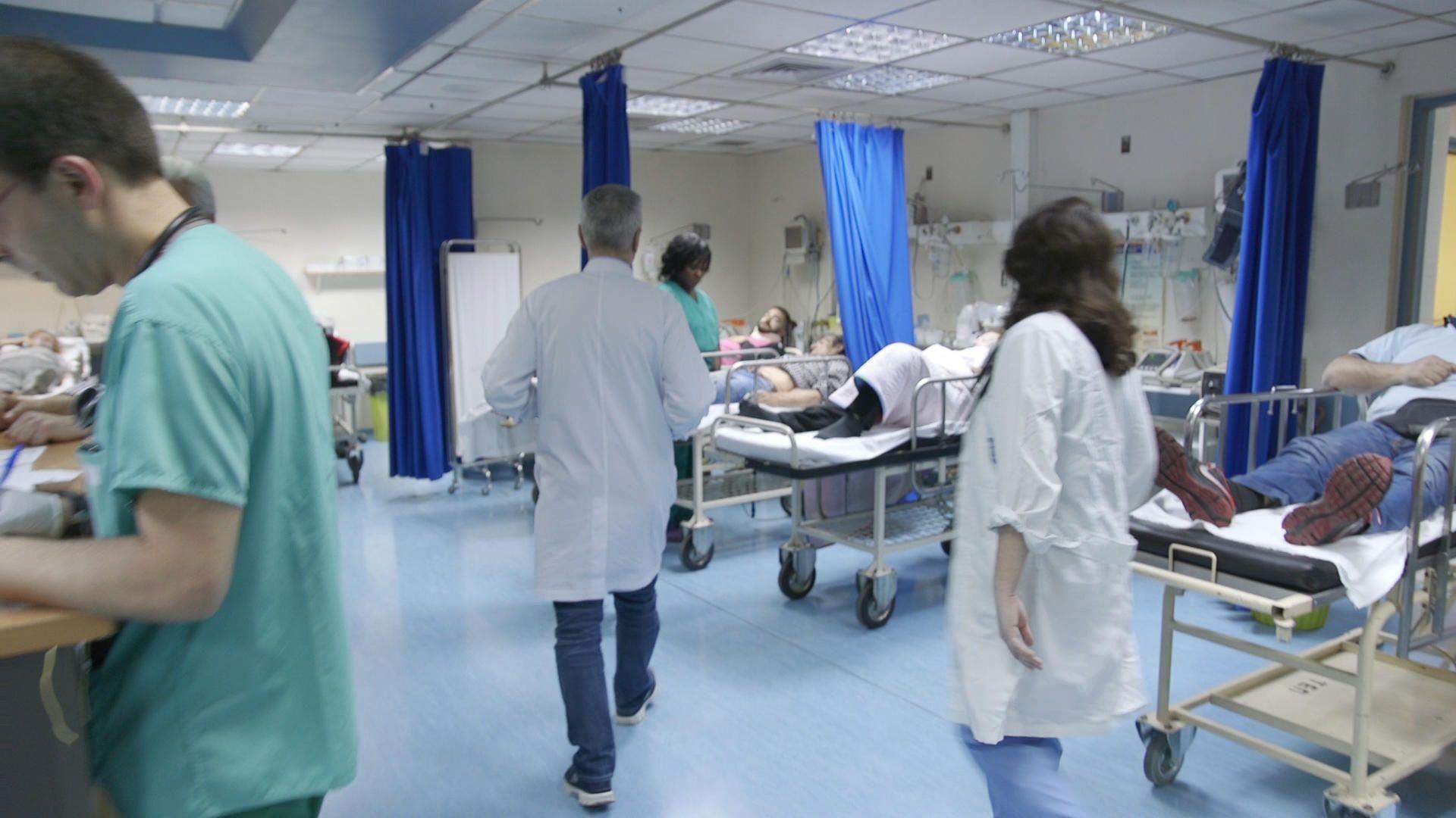 Τα δημόσια νοσοκομεία εμφανίζουν κατά καιρούς ελλείψεις όχι μόνο σε γιατρούς και νοσηλευτές αλλά ακόμα και σε στοιχειώδη υλικά. Την ίδια περίοδο η επισκεψιμότητα χτυπάει κόκκινο ιδιαίτερα στα μεγάλα δημόσια νοσοκομεία στην Αττική. Οι επαγγελματίες υγείας δηλώνουν εξαντλημένοι και γερασμένοι από τις πολύ πιεστικές συνθήκες εργασίας με αποτέλεσμα το 40-55% του προσωπικού να υποφέρει από το σύνδρομο επαγγελματικής εξουθένωσης (burnout syndrome).