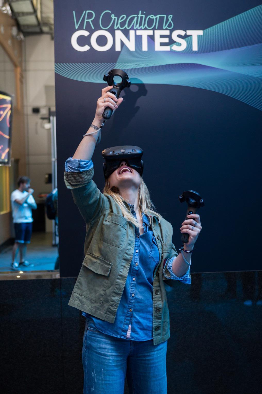 """Οι ηθοποιοί Πηνελόπη Αναστασοπούλου και Αντίνοος Αλμπάνης στο """"VR Creations Contest"""" της ΓΕΡΜΑΝΟΣ"""